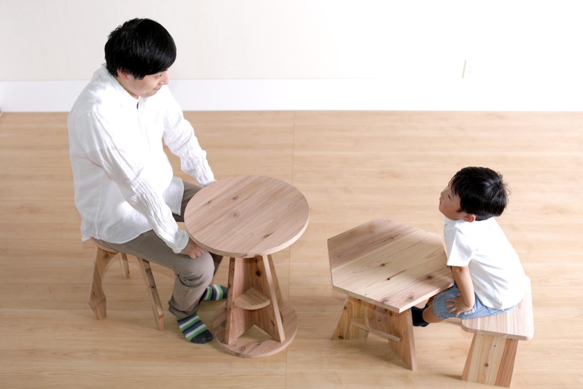 「お父さん、このテーブルいい匂いがするね」